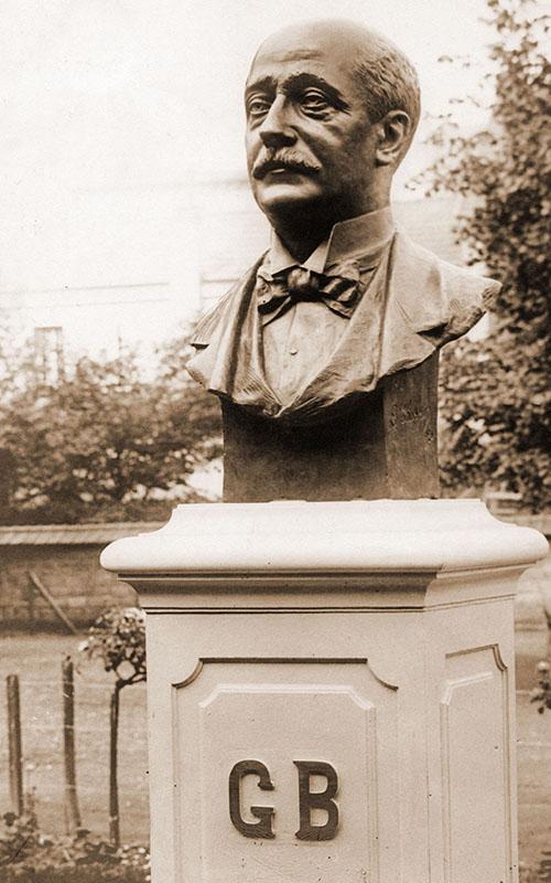 Le buste de M. Gustave Baguer offert par les anciens élèves de l'institut en 1920