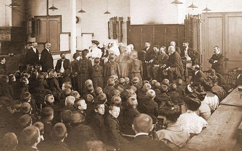 Visite de l'institut en présence des personnalités en 1899