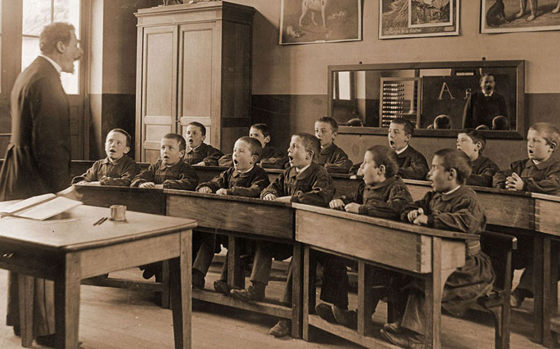 M. Gustave Baguer, apprentissage de la parole aux élèves en 1909